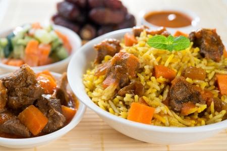 lunchen: Arabische rijst, Ramadan eten in het Midden-Oosten meestal geserveerd met tandoori lamsvlees en Arabische salade.