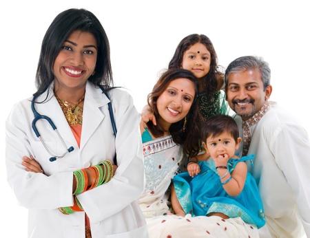 Glimlachen vriendelijk Indiase vrouwelijke arts en patiënt familie. Zorgconcept. Geïsoleerd op een witte achtergrond.