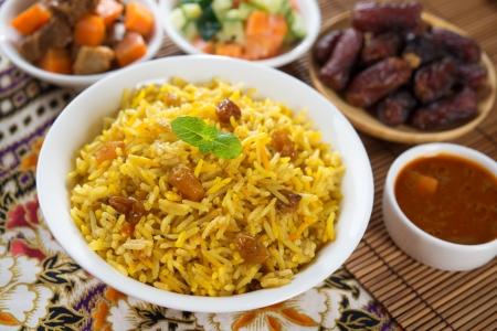 comida arabe: Arroz árabe, comida Ramadán en Oriente Medio por lo general se sirve con tandoor cordero. Comida de Oriente Medio.