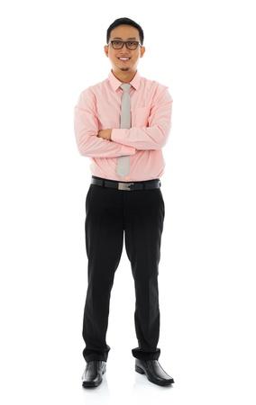cuerpo entero: Todo el cuerpo joven hombre de negocios de Asia sonriendo, vista frontal. De pie aislado en fondo blanco