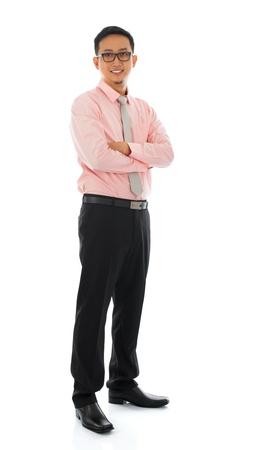 全身有吸引力的年輕的亞洲商人站在白色背景上孤立。亞洲男模。 版權商用圖片