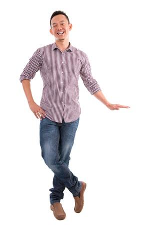niewidoczny: Full body Azjata oddanie niewidzialn? r?k? na banerze nad bia?ym tle