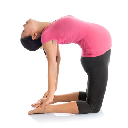 產前瑜伽冥想。全長健康的亞洲孕婦做瑜伽伸展運動家,Fullbody中孤立在白色背景。瑜伽駱駝姿勢。