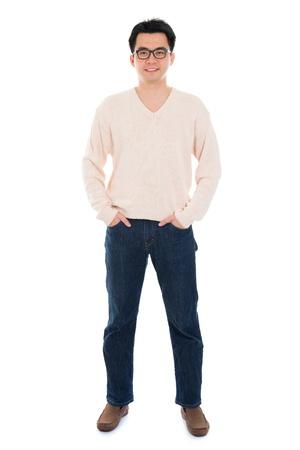 Vista frontal completa Hombre asiático cuerpo de pie aislado en fondo blanco