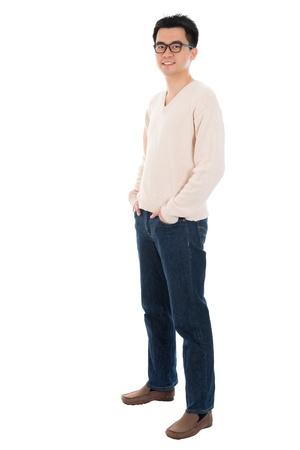 Vista frontal de cuerpo completo hombre asiático ocasional de pie aislado en fondo blanco