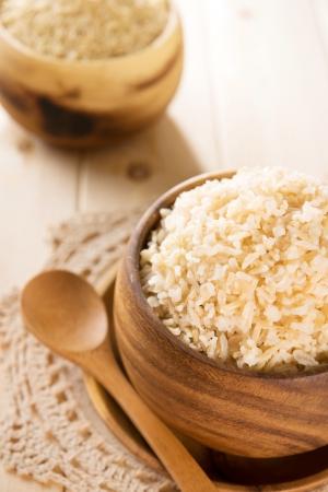 llanura: India cocido orgánica arroz basmati marrón en un tazón de madera.