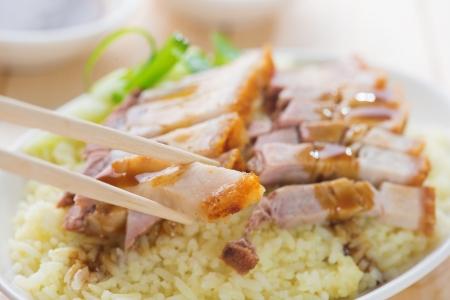 arroz chino: Siu Yuk - cerdo asado chino servido con salsa de soja y hoisin. Cocina de Hong Kong. Cierre en la carne y los palillos.