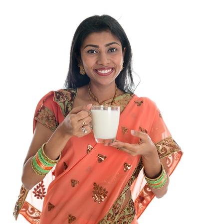 leche de soya: Mujer india en sari tradicional leche de consumo, aislados en fondo blanco.