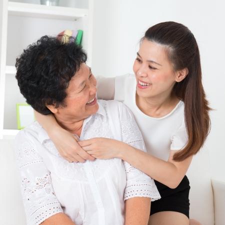 hijos: Mujer y su hija mayor. Familia asiática feliz madre senior y los hijos adultos tienen tiempo de diversión en casa. Foto de archivo