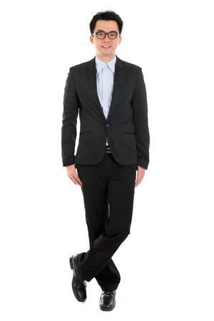 Hermoso cuerpo completo del hombre de negocios asiático en traje formal full pie aislado en fondo blanco