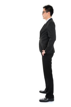 completo: Vista lateral de cuerpo completo del hombre de negocios asi�tico en traje formal de pie aislado en fondo blanco