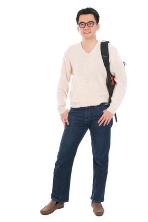 Vista frontal de cuerpo completo Asia estudiante adulto en ropa casual con mochila de pie aislado en fondo blanco. Modelo masculino asiático.