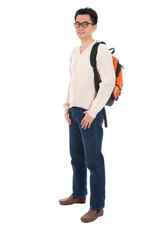 Todo el cuerpo Asia estudiante adulto en ropa casual con mochila de pie aislado en fondo blanco. Modelo masculino asiático. Foto de archivo