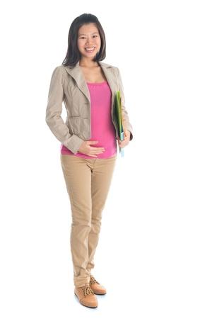 Completo cuerpo embarazada de seis meses asi�tica empresaria de archivo carpeta de documentos de pie aislado en fondo blanco. Foto de archivo - 21511590