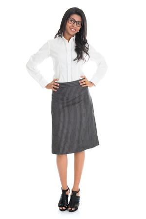 Retrato de cuerpo entero bella mujer de negocios estadounidense sonriente aislados sobre fondo blanco. Modelo mixto raza asiática india y afroamericana.