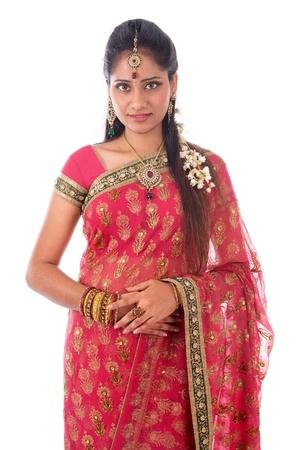 sari: Retrato de mujer joven y hermosa en el tradicional sari indio vestido de pie aislado en fondo blanco. Foto de archivo