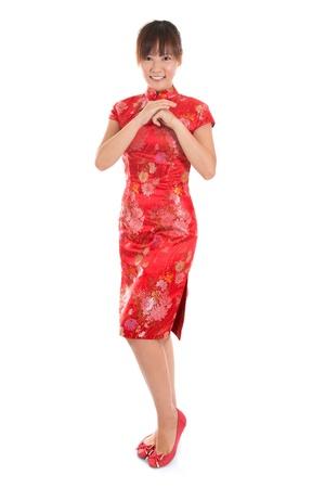 全長亞洲女子與中國傳統服飾旗袍或旗袍尊上中國新年慶典。女模特在白色背景孤立。