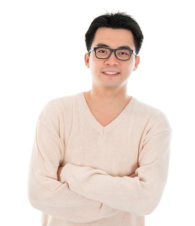 Vooraanzicht headshot Aziatische man in vrijetijdskleding staande op een witte achtergrond. Aziatische mannelijke model.