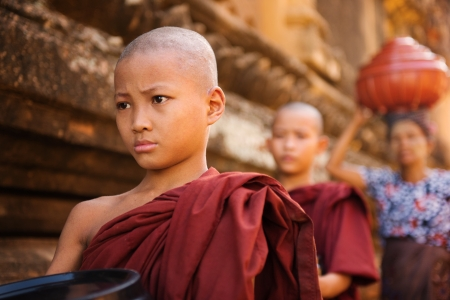 limosna: Sudeste asiático jóvenes monjes budistas caminando limosna por la mañana en Old Bagan, Myanmar Foto de archivo