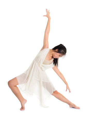 Moderne Aziatische tiener hedendaagse danser stelt voor van de achtergrond van de studio, geïsoleerd volle lengte wit.