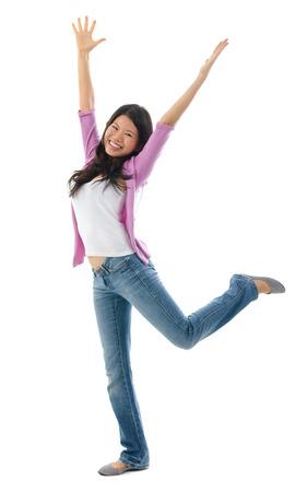 Glückliche südostasiatischen chinesische Frau Arme eröffnet. Ganzkörper-Standing auf weißem Hintergrund Standard-Bild
