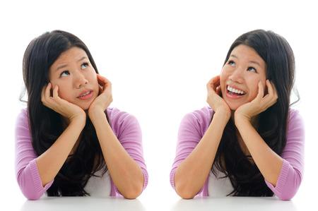 carita feliz: Expresi�n triste y feliz de la mujer asi�tica, de la mano sentado cara aisladas sobre fondo blanco. Foto de archivo