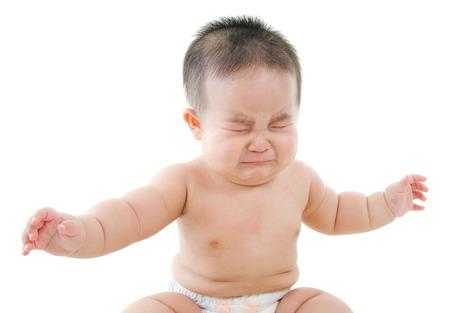 bambino che piange: Ragazzo asiatico sconvolto bambino piangere, seduto isolato su sfondo bianco