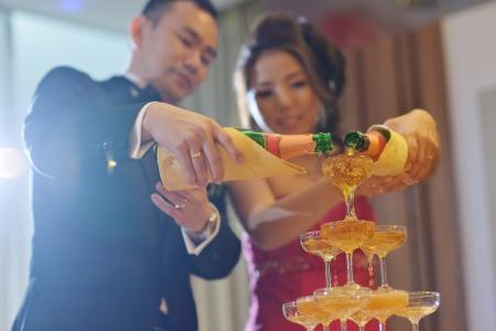 아시아 중국 결혼식 저녁 식사를 제공하는 리셉션, 신부와 신랑 샴페인 토스트.