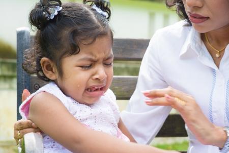 mujer llorando: Al aire libre de la familia india. La madre est� consolando a su hija llorando.