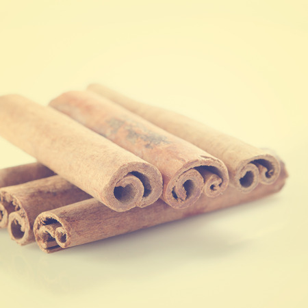 cannelle: Cinnamon sticks in vintage retro background.