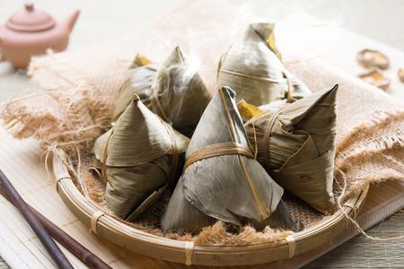アジア中国の米バスケット、バック グラウンドで茶の餃子。