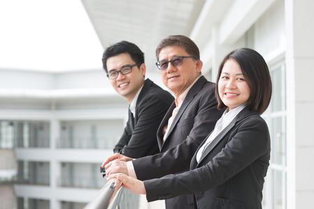 ejecutivos: Equipo de negocios de Asia. Grupo de empresarios en el chat fuera de la oficina.