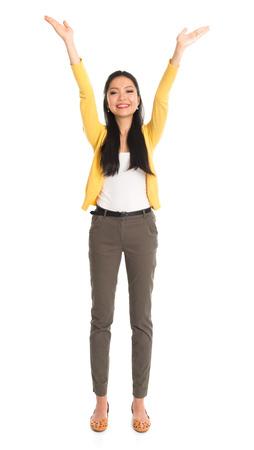 La muchacha asiática arma para arriba como sostener algo arriba, situación integral aislada en el fondo blanco.