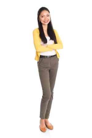 mujer cuerpo completo: Retrato de una mujer asiática sonriente, de cuerpo entero de pie aislado en fondo blanco.