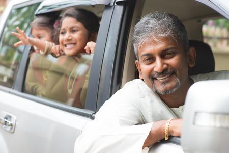 parent and child: Familia india que se sienta en el coche listo para disparar. Padres asi�ticos y los ni�os del estilo de vida.