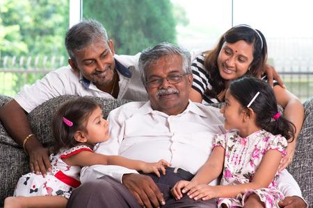 집에서 여러 세대에 인도 한 가족의 초상화. 라이프 스타일을 살고있는 아시아 사람들이.