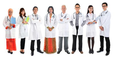 grupo de doctores: Asia m�dicos diversidad multirraciales, el equipo m�dico de pie aislado en fondo blanco. Foto de archivo