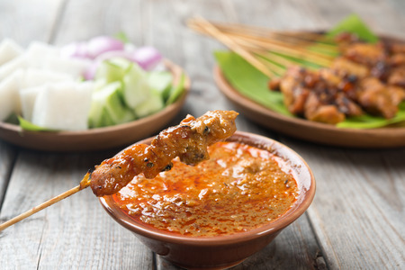 plato de comida: Satay de pollo con salsa de Malasia delicioso man�, uno de los platos locales famosos.
