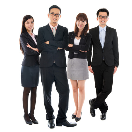 asia smile: Retratos de Asia multi�tnica alegre gente de negocios de pie aislado en fondo blanco.