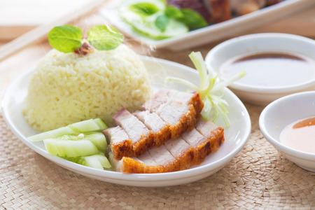 중국 구운 돼지 고기는 간장과 해물 소스와 함께 제공합니다. 홍콩 요리. 고기와 젓가락에 닫습니다. 신선한 뜨거운 증기와 연기 요리.