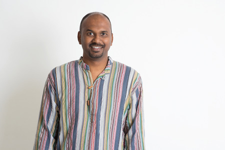 hombre calvo: Retrato de la sonrisa del hombre indio en el fondo plano con la sombra Foto de archivo