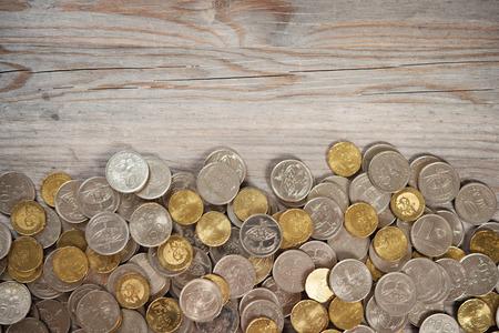 monedas antiguas: Vista superior monedas en el viejo escritorio de madera con copia espacio en la parte superior.