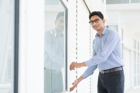 abriendo puerta: Pequeño propietario de la empresa de abrir su nueva tienda en la mañana. Foto de archivo