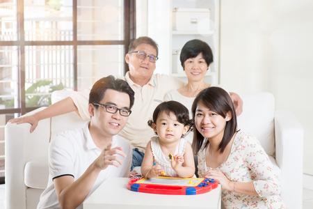 familias jovenes: Retrato de la familia asiática Multi Generación