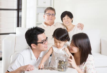 planificaci�n familiar: Asia concepto de ahorro de dinero familiar. Generaciones Multi estilo de vida que viven en el hogar. Foto de archivo
