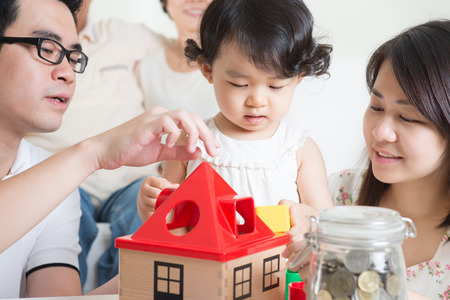planificacion familiar: El estilo de vida de m�ltiples generaciones de la familia asi�tica en casa.