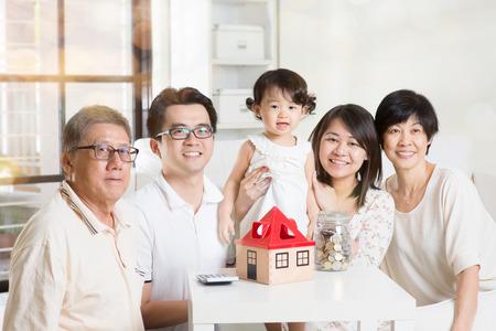 planificacion familiar: Inversión futura familia o el concepto de planificación financiera. Asia estilo de vida de múltiples generaciones en casa. Foto de archivo