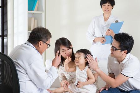 lekarz: Rodzina skonsultować się z pediatrą. Lekarz i koncepcji opieki zdrowotnej pacjenta.