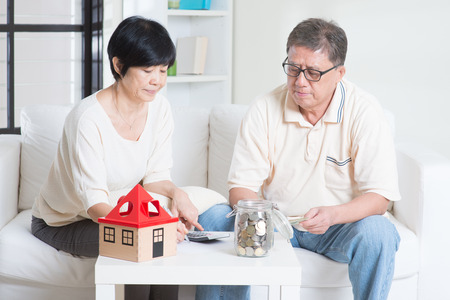 Aziatische senior paar tellen op geld. Besparing, pensioenplan, gepensioneerden financiële planning concept. Familie wonen lifestyle thuis. Stockfoto