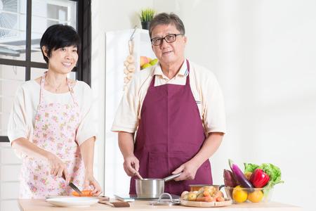 cocina antigua: Matrimonios de edad asiático que se prepara la comida en la cocina.